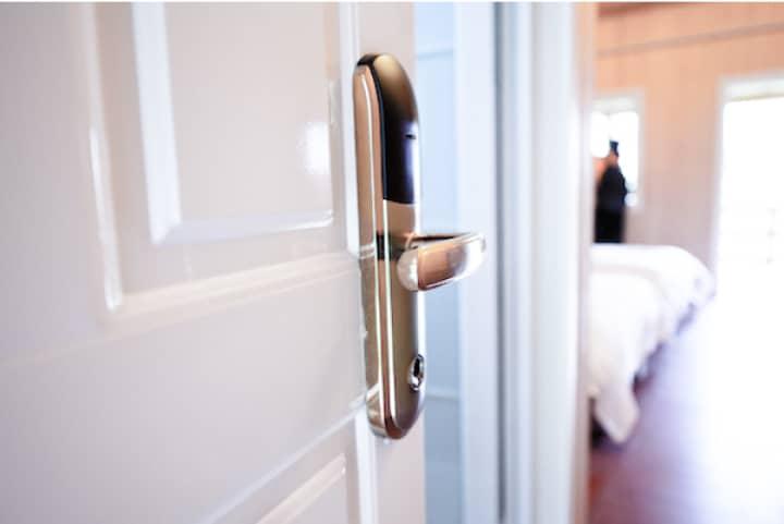 Дверь с ручкой в спальню