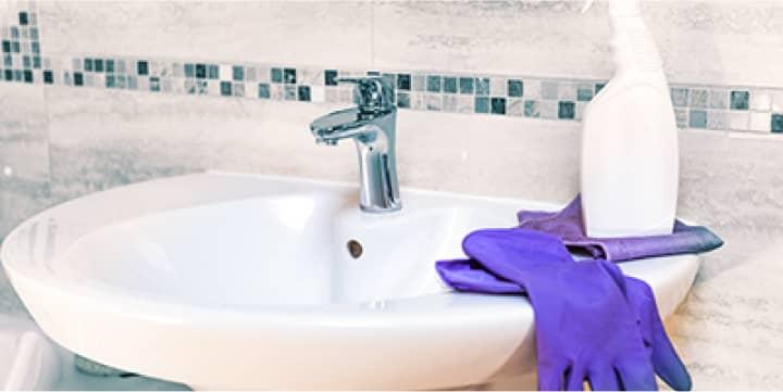 Раковина с перчатками и моющем средством